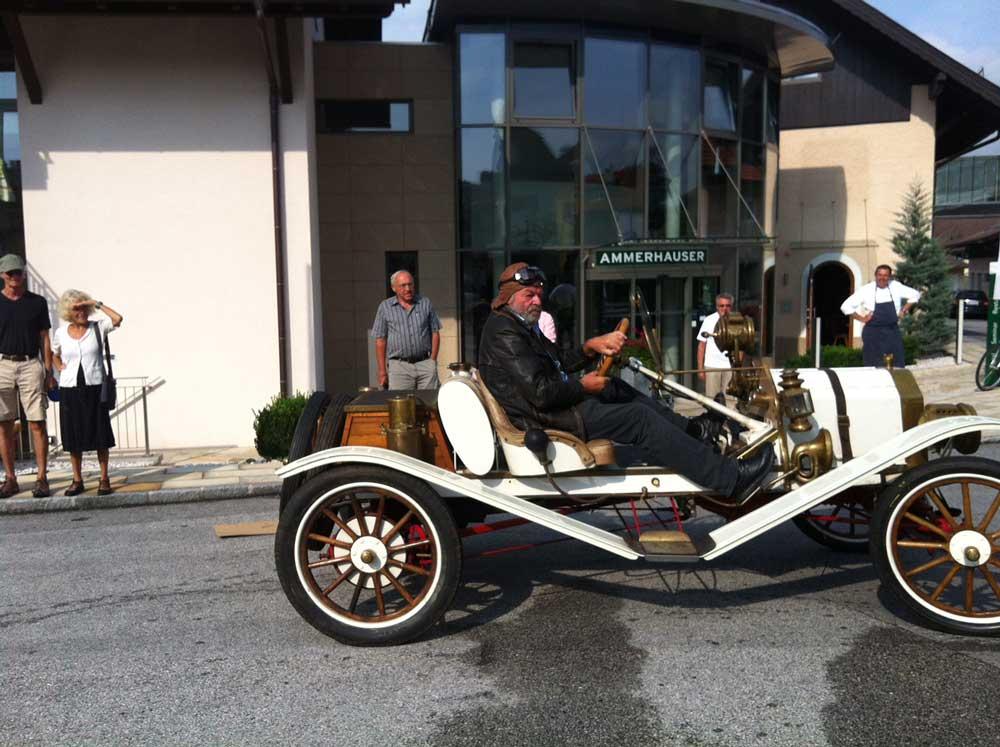 Hotelgäste bei Oldtimer Hotel Ammerhauser bestaunen die klassischen Ford-Modelle